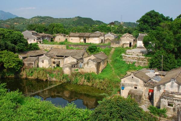 澄海区西浦村是个革命老区村,也是著名的美术写生基地,环境优美、安祥 静谥,其苍郁的古树、风干的野草、残断的老墙、干涸的老井、纤纤的溪流,吸引了一批又一 批的海内外美术大师和美术爱好者前来参观、写生。著名艺术家肖映川在这里创作了版画系列 《西浦日记》,在美术界享有极高的美誉。 (图片来源:汕头市旅游局)