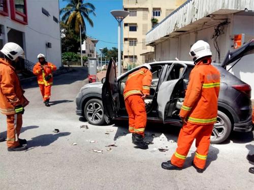 消拯员检查车前座乘客上的充电宝。