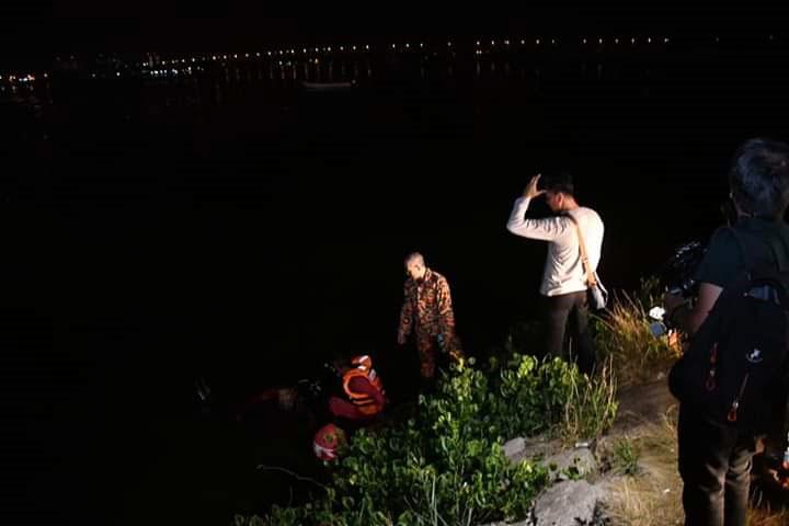 蛙人摸黑下河,展开搜找失踪青年踪迹。