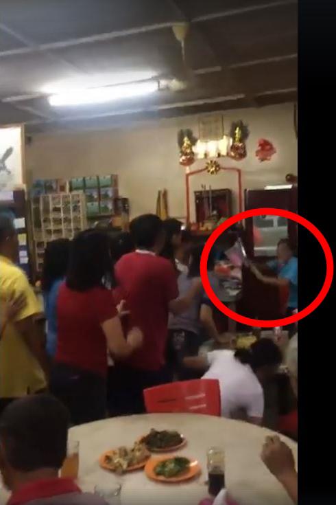 餐馆业者的胞弟突然冲向厨房,并取出一柄刀,做状要攻击相关顾客。