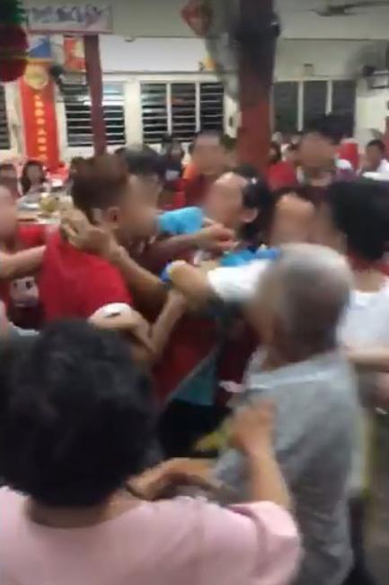 餐馆业者的胞弟(蓝衣者)与女事主丈夫(红衣者)在餐馆内起争执,并互相推撞。