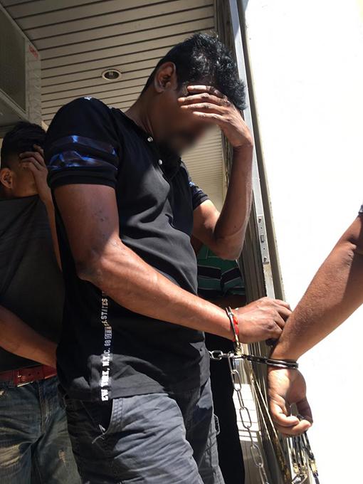 43歲的印裔前職員被捕後,周日被帶往法庭申請延長扣留。