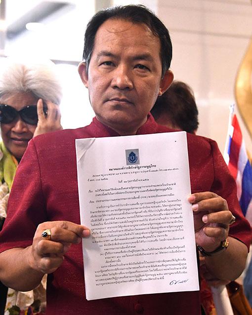 西素万向泰国选委会提交请愿书,要求调查泰爱国党提名公主竞选首相一事。(法新社)