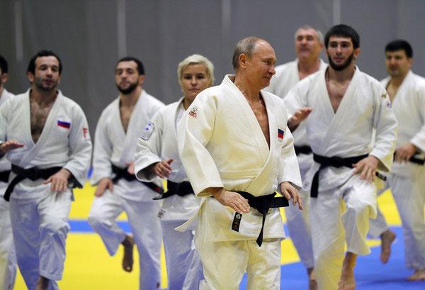 普汀和一众奥运冠军热身。