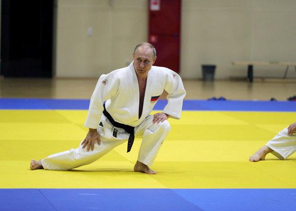 普汀拥有柔道黑带,对于各种动作相当熟练。