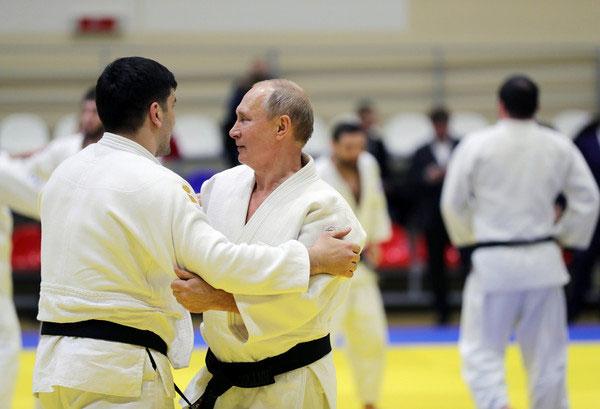 普汀在索契参与柔道训练,与多名选手对练。