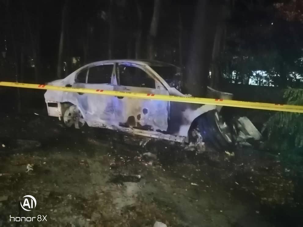 宝马房车失控撞树后起火猛烧,警方随后在现场围起警戒线展开调查。