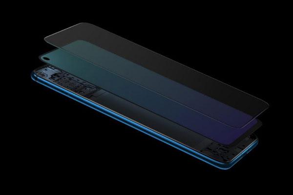 华为nova4的前置摄像头被设计在萤幕的左上角,一颗3.05mm直径的摄 像头(2500万像素),采用盲孔方案,最大化的保留了屏幕的完整性 ,在 玻璃盖板和液晶面板没有打孔,保留了屏幕的完整性,在视觉上更加舒适, 完美地展现出一体化工艺和组装精度的精神。