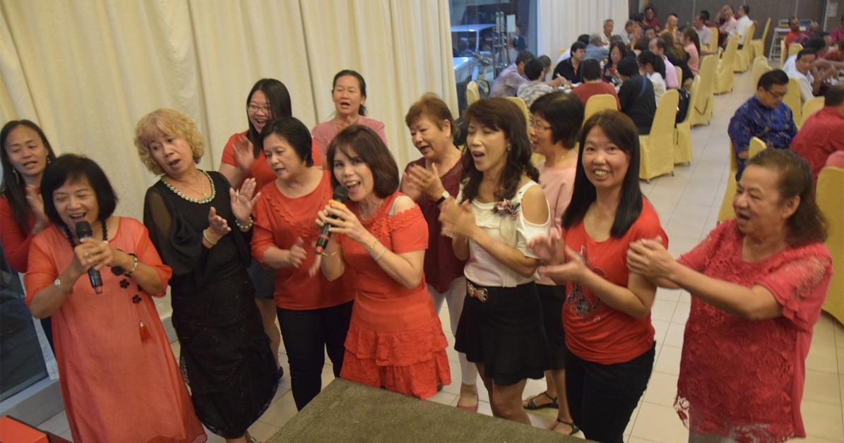民政党妇女组合唱新年歌曲。
