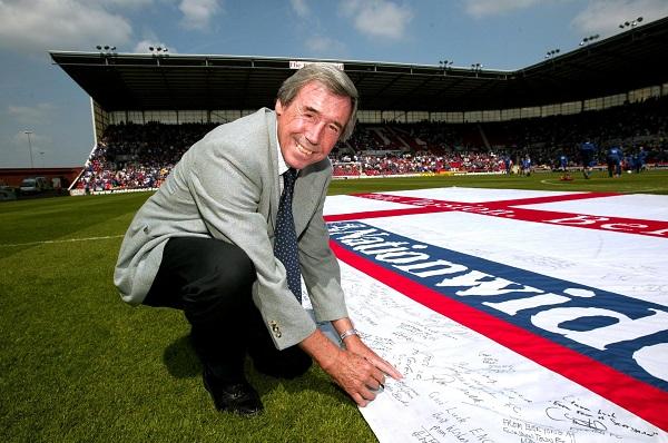 2004年欧锦赛,班克斯为英格兰造势的档案照。(路透社)