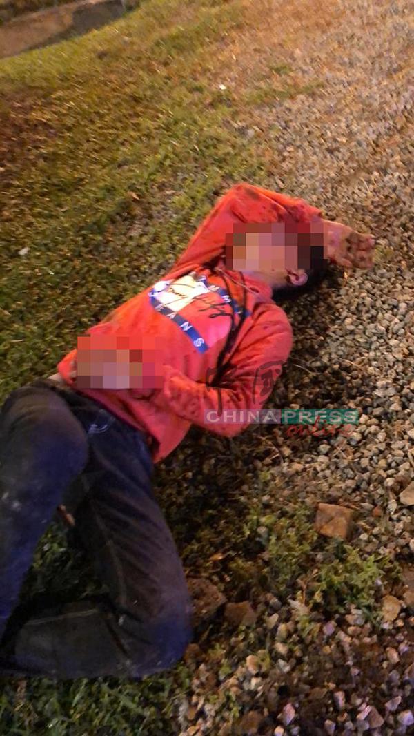 被拋出車外的少男,躺在地上等待救援。