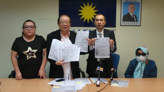 张欣怡(左起)通过张天赐召开记者会详述案发经过,右起是蔡慧丽及余家福。