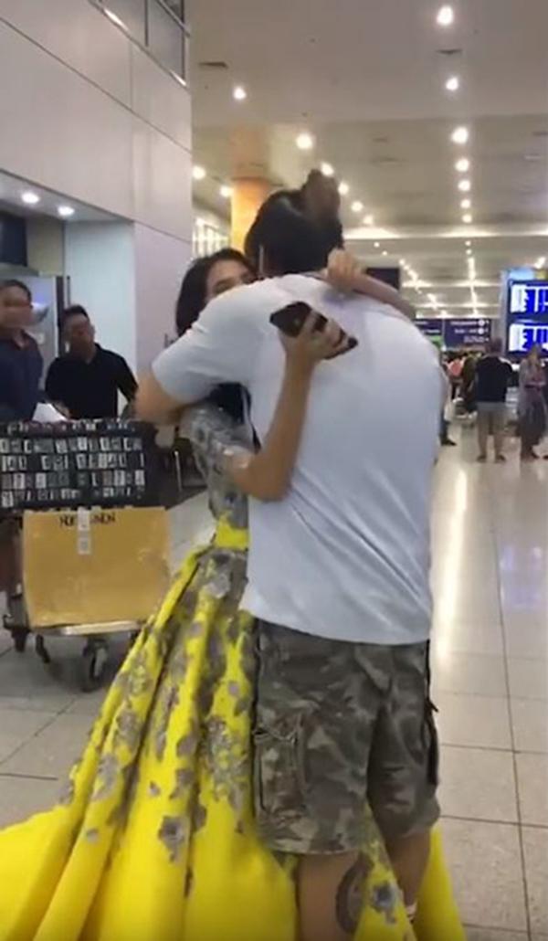 女儿盛装打扮,和抵步的父亲相见拥抱。