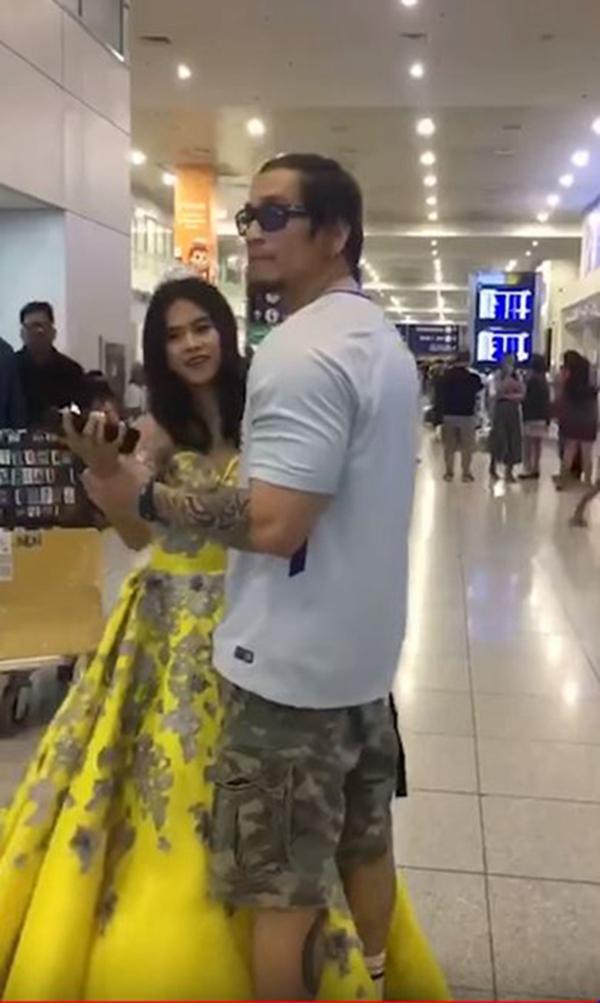 见到父亲后,两人便在机场大厅翩翩起舞。