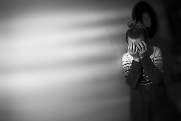 """桃园陈姓英文代课老师2016年起连续猥亵5名初中男学生,还规定""""考试少1分捏10下蛋蛋""""惩罚。图为示意图非当事人。"""