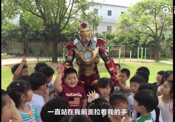 """爸爸穿着""""钢铁侠""""的战袍出现校园,导致全校停课,只为和他合影。"""