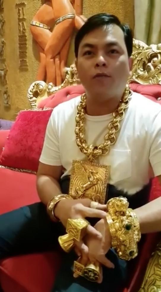 日戴13公斤黄金出门的陈玉山。
