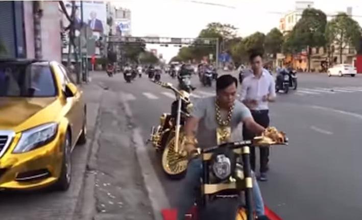 不止摩哆镶金,就连自家的马赛地轿车,能镶金的地方,陈玉山纷纷都镶金上去了。