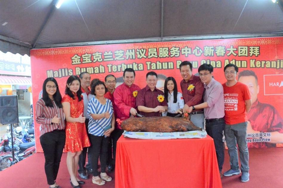 倪可敏(左7)在张哲敏(左6)的陪同下主持切金猪仪式。左起为张嘉恩、古海燕、黄华、陈淑琼、丘金明、郑歆妤、黄文标、郑传毅、梁誉升。