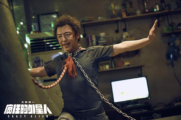 """黄渤在《疯狂的外星人》继续演出经典角色""""耿浩""""。"""