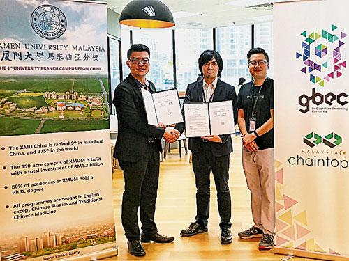 苏智鸿(左)与吉崎隼也代表双方签署校企合作协议,并由郑名杰(右)见证。
