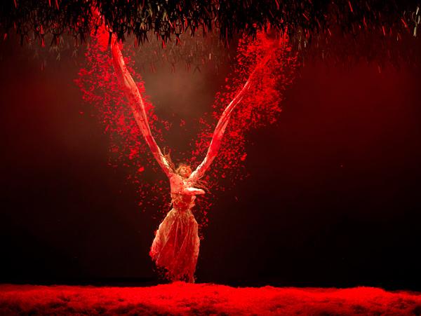 取自杨丽萍舞蹈剧场《十面埋伏》的一幕。