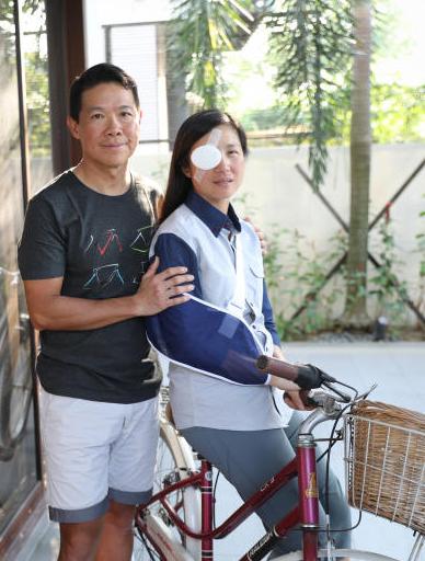 丈夫請假在家照顧受傷愛妻。(取自《海峽時報》)