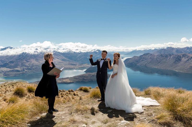 劉凱拉(右)和丈夫在紐西蘭瓦納卡附近的一座山峰上舉行私人婚禮。(Larsson Weddings)