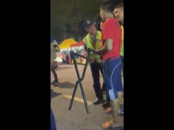 吉隆坡市政局日前取缔非法营业的路摊小贩时,引起对方的不满。