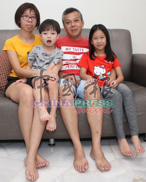 温容富(后排右起)和林敏仪希望各界人士能热心捐款,让小恺贤如期进行手术。