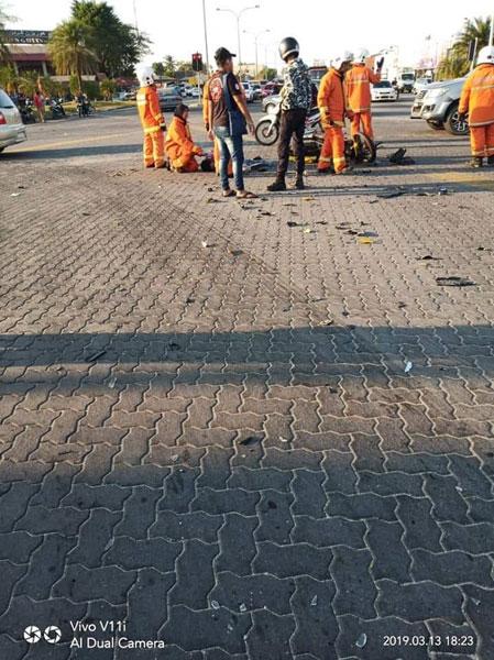 数名消拯员在现场指挥交通和等待救护车前来。