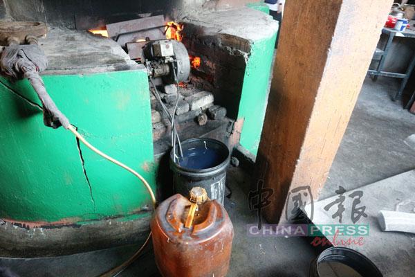 业者将油放在靠近煮虾膏酱的火,非常危险。