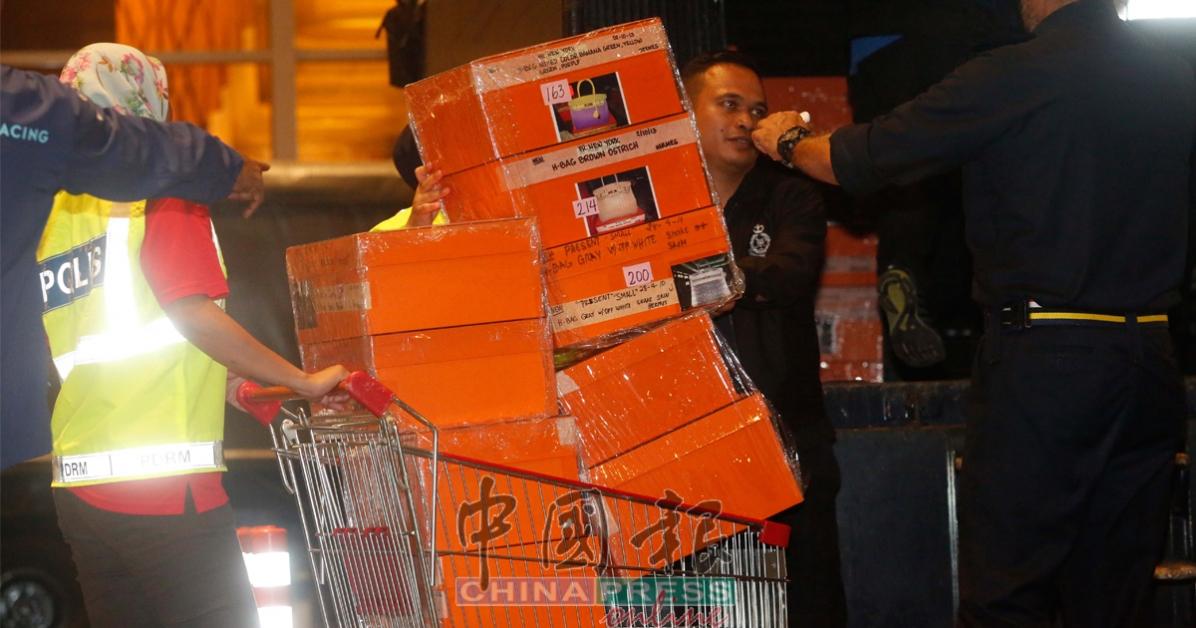 早前警方搜出属于前首相拿督斯里纳吉和夫人拿汀斯里罗丝玛的大批现款、名牌手提袋、奢侈品和珠宝金饰。(档案照)