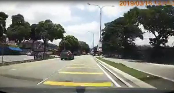 鲁莽司机原本在左车道行驶。