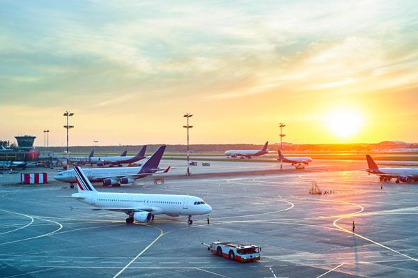 罕见意外!私人飞机与工程车 机场跑道相撞