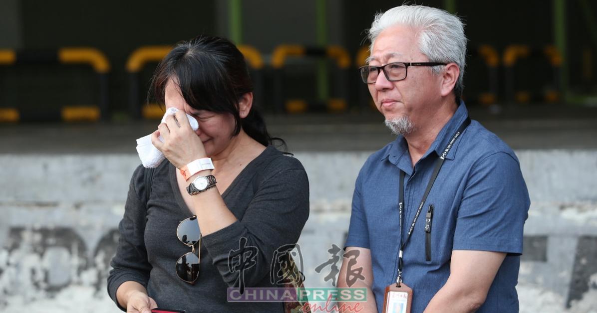 戴秀琴的同事在棺木旁难过得忍不住落泪,右起为郭清江和赖佩凤。