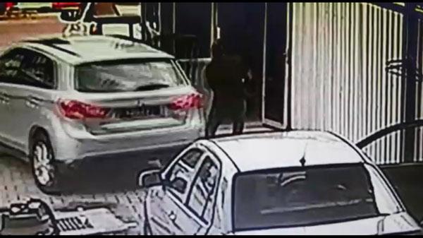 见状的员工立即上前阻止他,不过匪徒将他推开后,迅速驾车逃离现场。