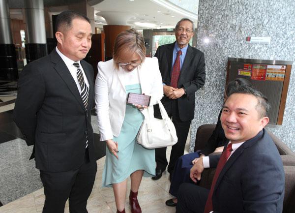 黄洁冰出席周二出席议会时,身穿浅青色与白色的连身裙,并配上白色外套和红靴。