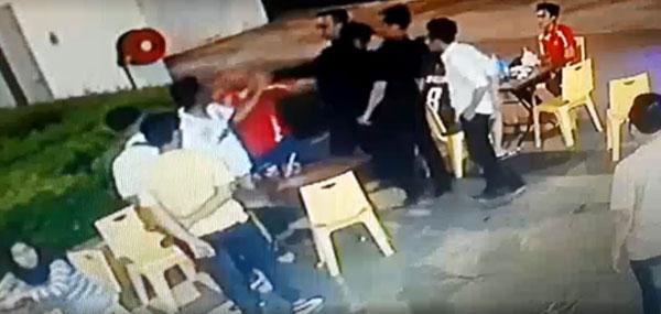 男子遭该群男子拳打脚踢。