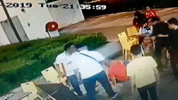 该群男子还乱砸桌子和椅子。