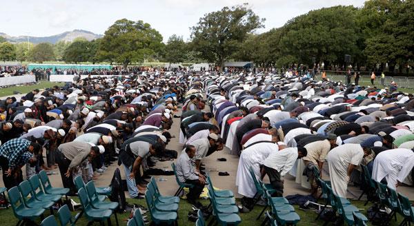 穆斯林在祈祷的同时,其他前来参加哀悼仪式的民众在等候。(美联社)