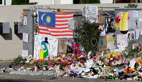 诺尔清真寺外放满各中哀悼物品,还有大马国旗。(美联社)