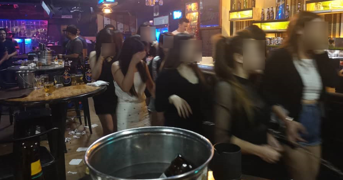 雪州移民局在巴生地区一间夜店,逮捕一批非法陪坐女郎。