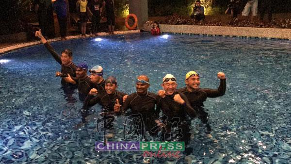 7名残奥会游泳选手,成功挑战在泳池里接力游泳24小时,创下马来西亚纪录大全新纪录;左起杨升福、瑟鲁瓦克古马、林宏企、努鲁阿米娜、慕努沙米、陈松发及莫哈末沙里扎尔。