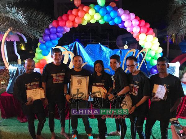 7名挑战者,慕努沙米(左起)、杨升福、莫哈末沙里扎尔、努鲁阿米娜、陈松发、林宏企及瑟鲁瓦克古马,手领证书分享喜悦。