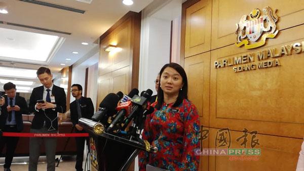 杨巧双在国会走廊召开记者会。