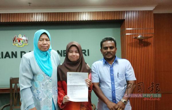 祖莱达(左起)陪同养女罗依莎到内政部领取身分证。右为社运分子沙迪亚。