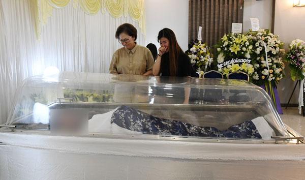 沙巴副首长刘静芝(左)到灵堂前瞻仰黄天发遗容,心情悲痛。