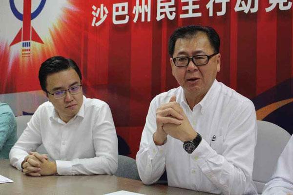 潘明丰(右)提起已故同僚兼挚友黄天发时,不禁痛哭落泪。旁为路阳区州议员冯晋哲。