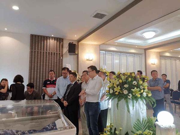 中国驻亚庇总领事梁才德(前排右3)在冯晋哲(右)及潘明丰(站者左2)陪同下,瞻仰黄天发遗容。